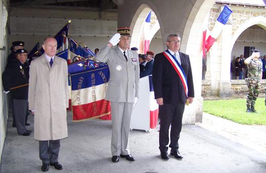 Le Comte Philippe de La Rochefoucauld et le maire de Dormans encadrent le Général Cuche.