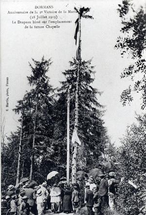 Moment d'émotion lorsque le drapeau est hissé à la cime de l'arbre, à l'emplacement de la future chapelle