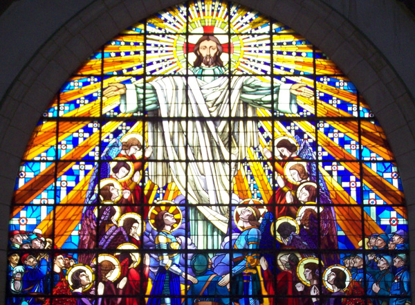 Grand vitrail de la chapelle supérieure du mémorial des batailles de la marne