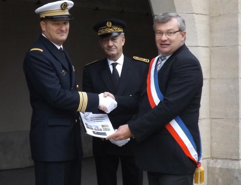 Remise du dossier communal sous l'oeil attentif de Mr Didier LOTH, Sous-Préfet de notre arrondissement
