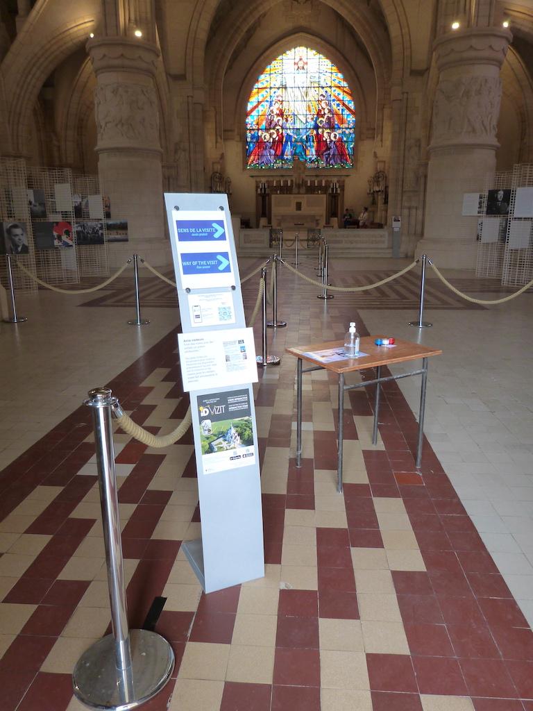 Mesures sanitaires à l'entrée de la chapelle supérieure